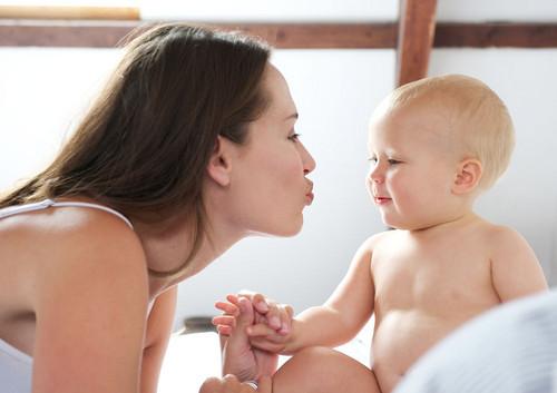 抓住一切机会 与孩子进行肌肤接触